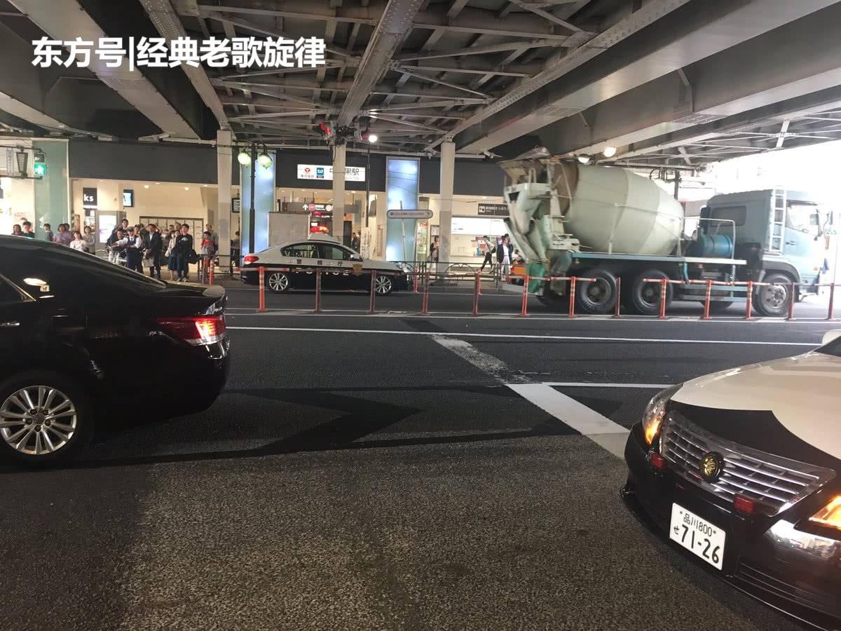 外国男子星巴克里单挑6名日本警察,战斗力爆表!