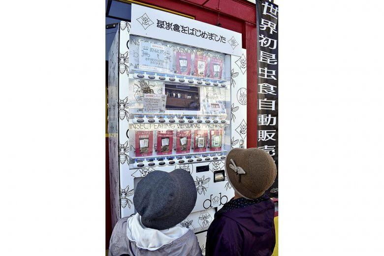日本现昆虫零食自动售货机 售卖蟋蟀粉蛋白棒等物品