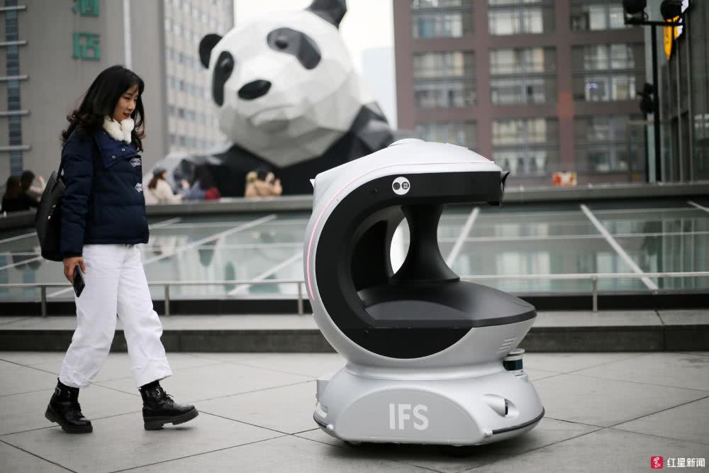 """成都IFS现""""新萌宠""""!机器人自动巡逻报警,萌得路人迈不动腿"""