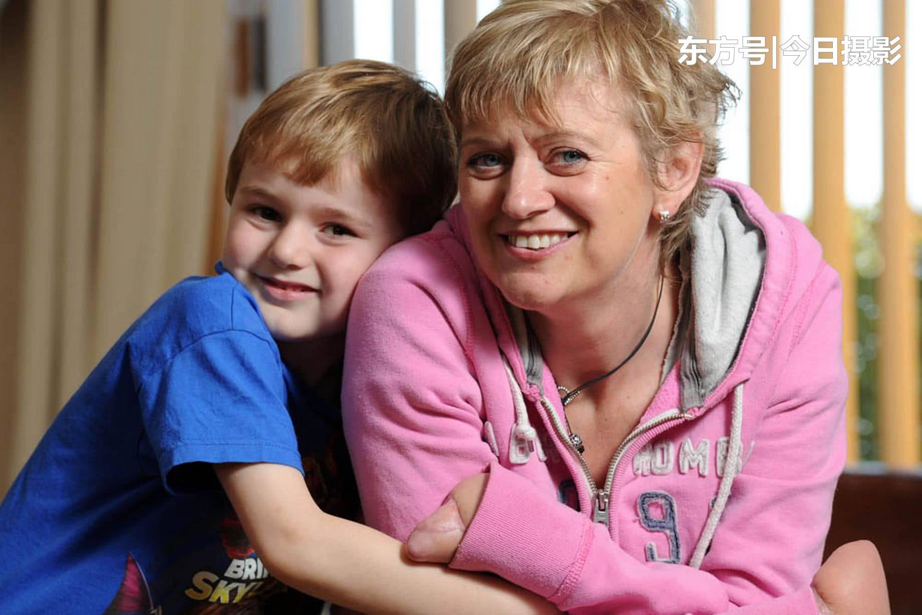 英国48岁母亲意外患病四肢被截,希望可以摸摸儿子的小手