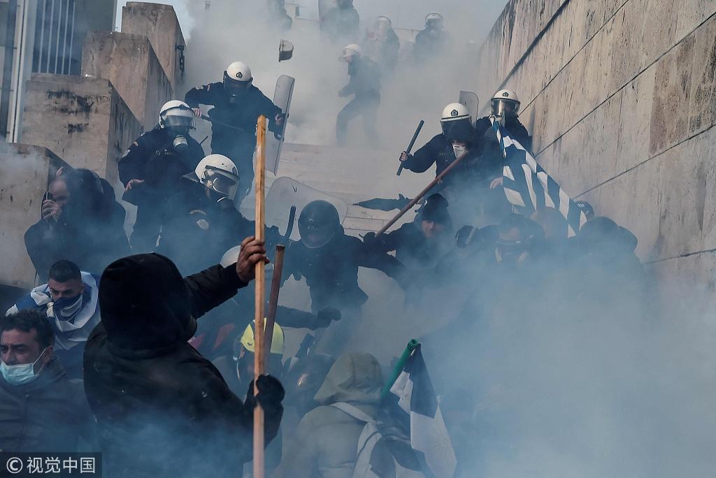 希腊民众反对与马其顿签署改名协议 与警察激烈打斗
