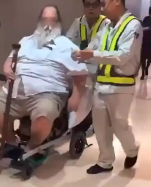 """外籍男乘客逼台空姐帮""""脱裤子、擦屁股"""",长荣航空公司回应了"""