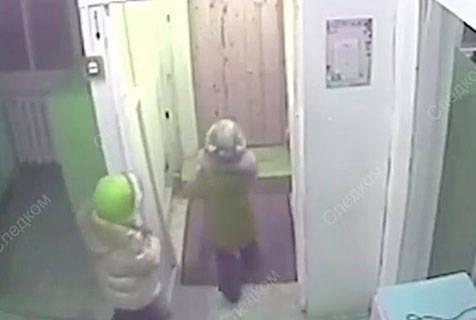 """俄两女童想给母亲""""惊喜""""不顾零下45度严寒遛出幼儿园"""