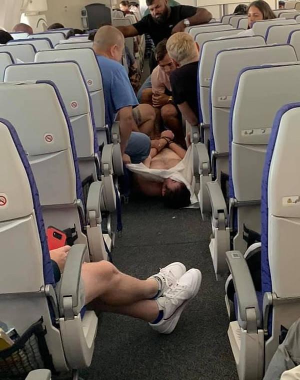 醉酒乘客发狂与他人厮打致新加坡航班迫降悉尼