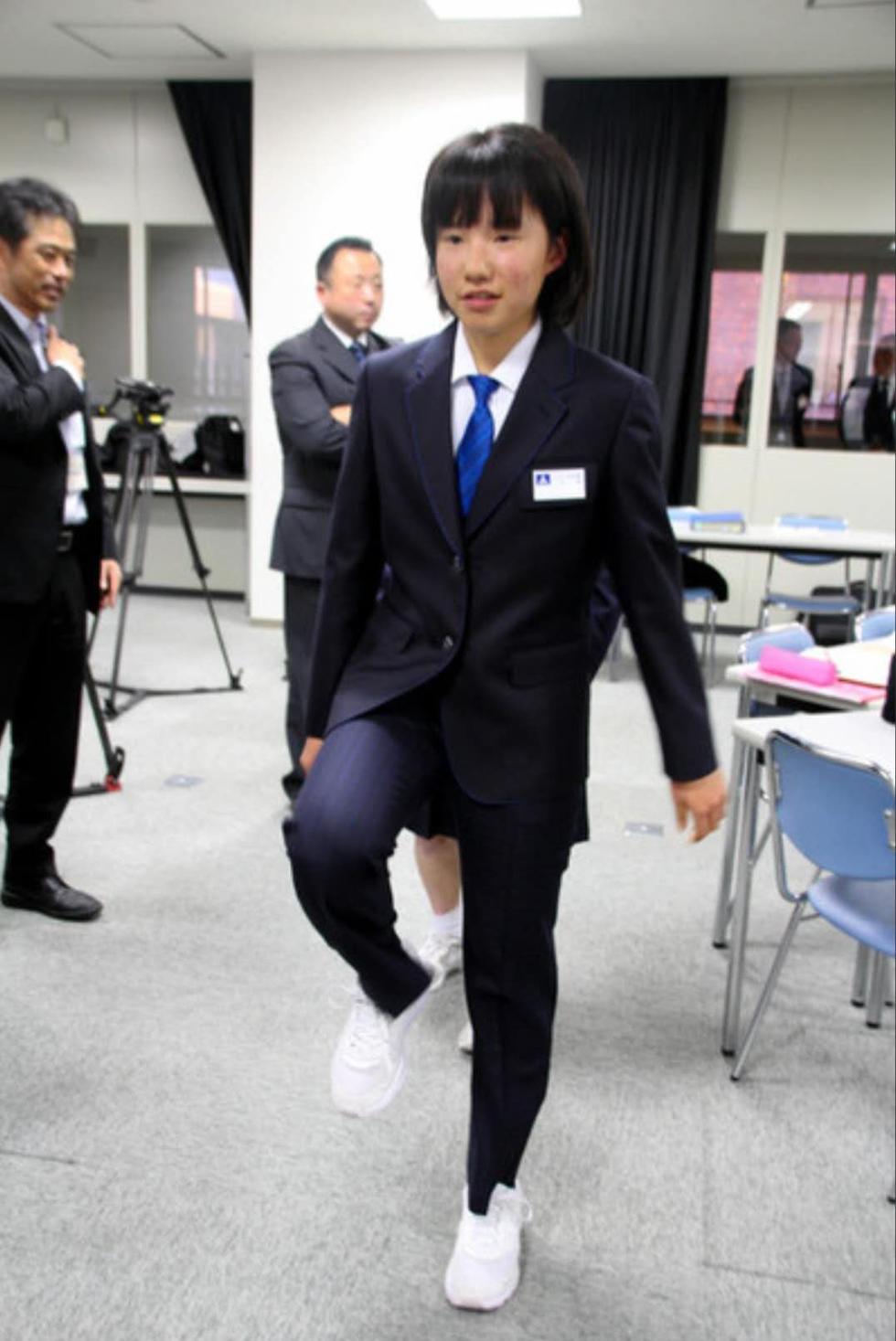不爱水手服了?日本女学生偏爱这款西装裤校服(图)