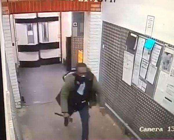 惊险!伦敦男子持斧头超市内追逐顾客
