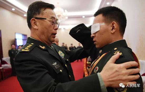 带着泪,陆军司令与他深情一抱(组图)