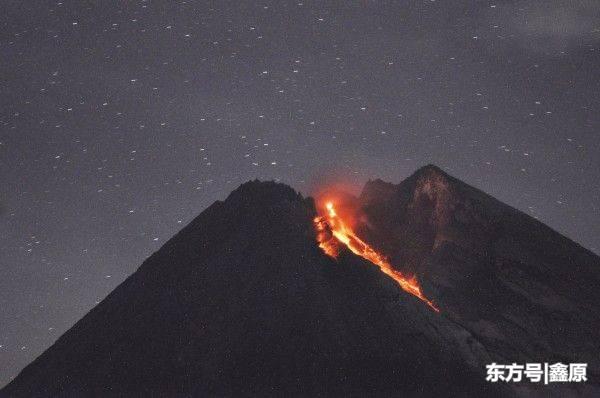 印尼默拉皮火山蠢蠢欲动,深夜喷发熔岩流绵延1400多米!