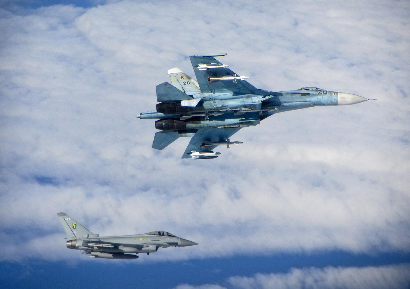 原创 重型三代机对决,美军F15战斗机后院挑衅,俄军苏27推杆撞去