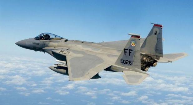 再现空中手术刀!一架F-15临空挑衅,苏-27冲了过来将其顶开