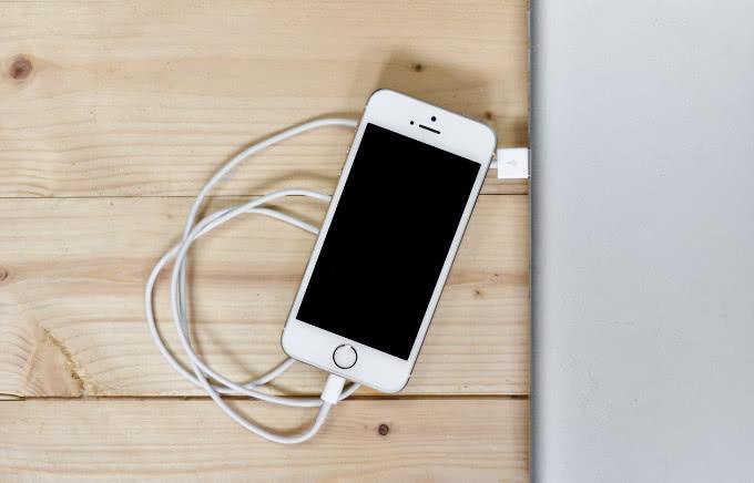 苹果再惹官司 被控利用系统升级强制用户购买新充电器