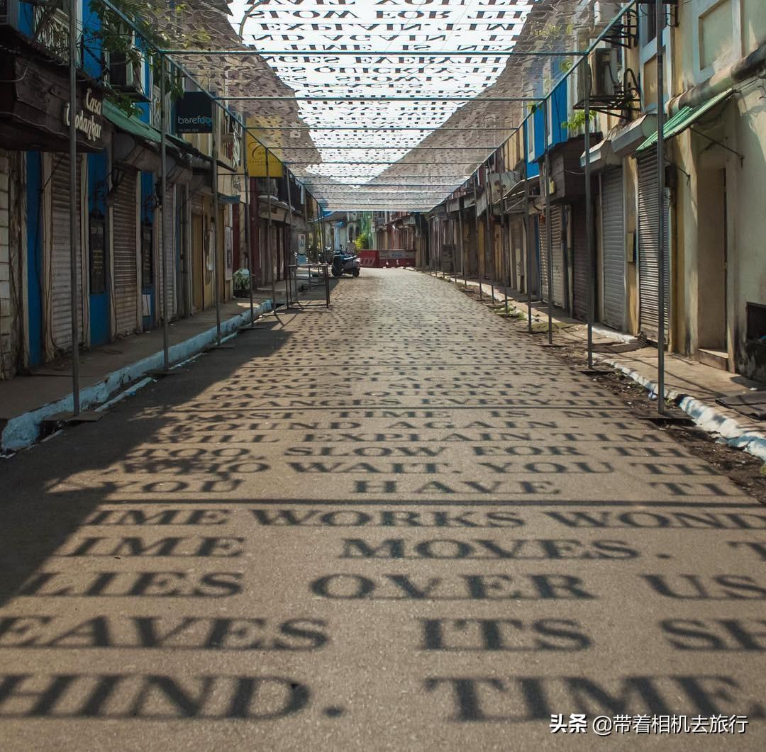艺术家巧设装置,每当太阳升起,印度这条街的地上就会出现变化