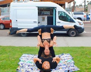 两女子为逃避现代生活 花6.5万改造汽车过上游牧生活!
