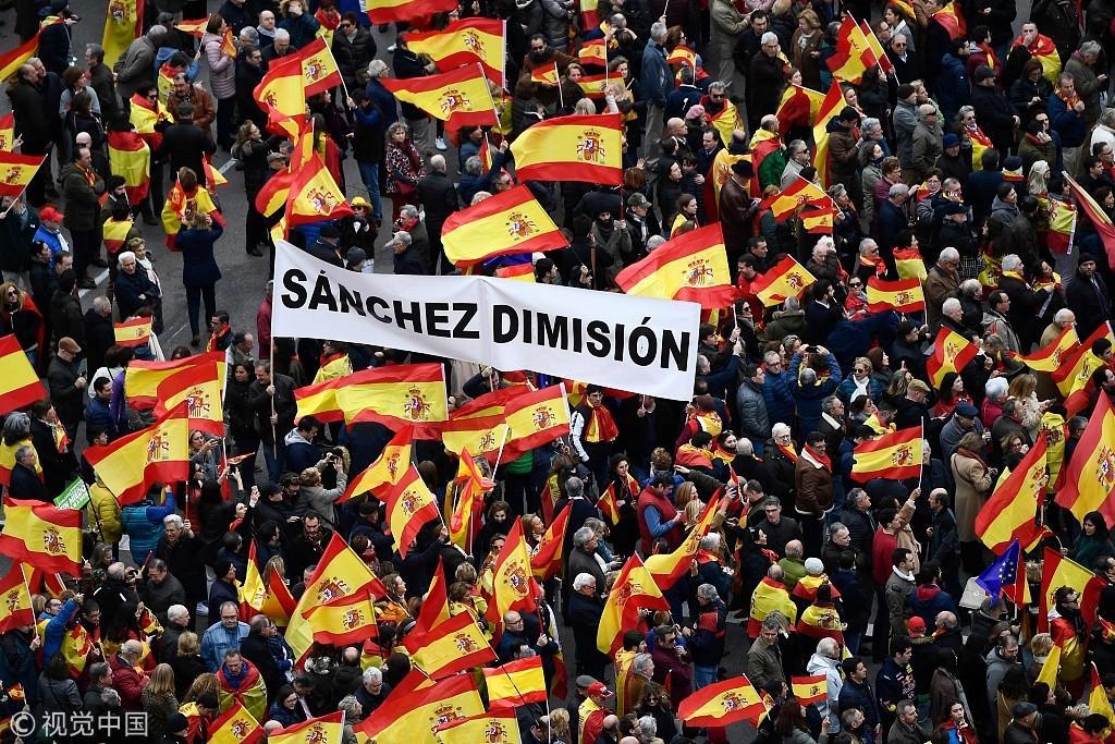 西班牙右翼反对党号召民众抗议首相桑切斯 现场人山人海