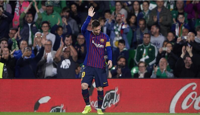 """""""梅西!梅西!"""" 对手球迷起立鼓掌 为梅西大声欢呼"""