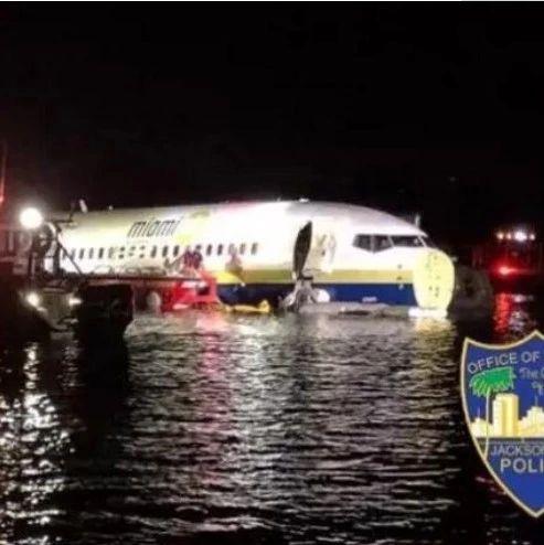 波音737一头扎进水中,禁飞是多英明的事情!