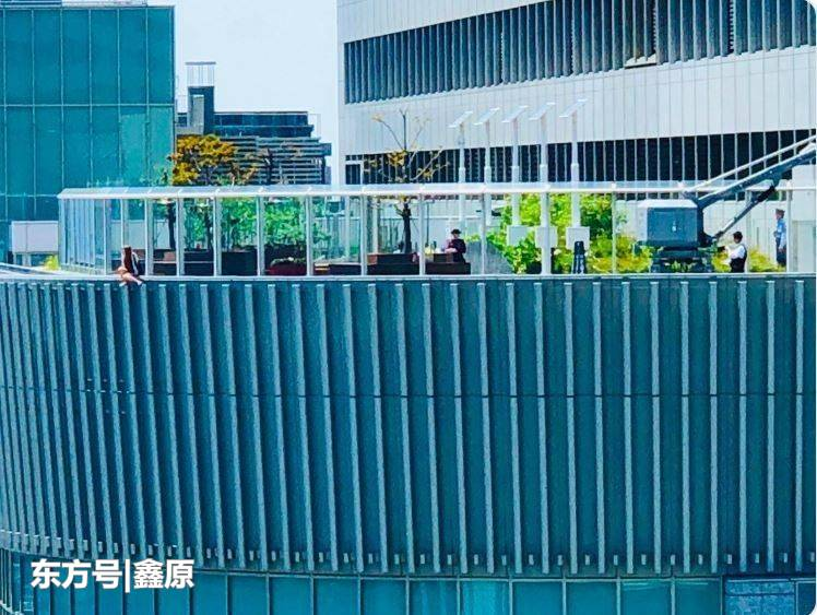 太冷漠!日本少女站楼顶欲跳楼轻生,过路人争相拍摄传到网上!