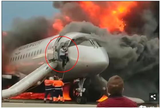 俄航起火客机副驾驶逃生后,又立即重返机舱救人