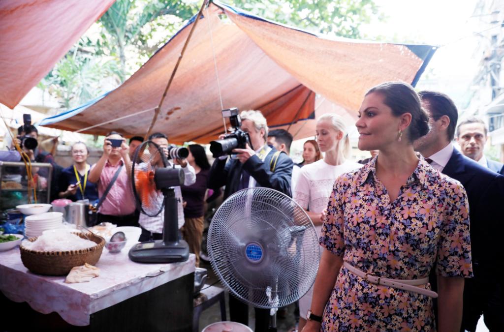 瑞典女王储造访越南 品尝河内街头美食