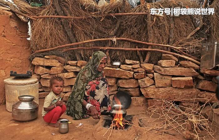 印度乡村实况:女人不能和男人同桌吃饭,小孩子也喜欢玩手机