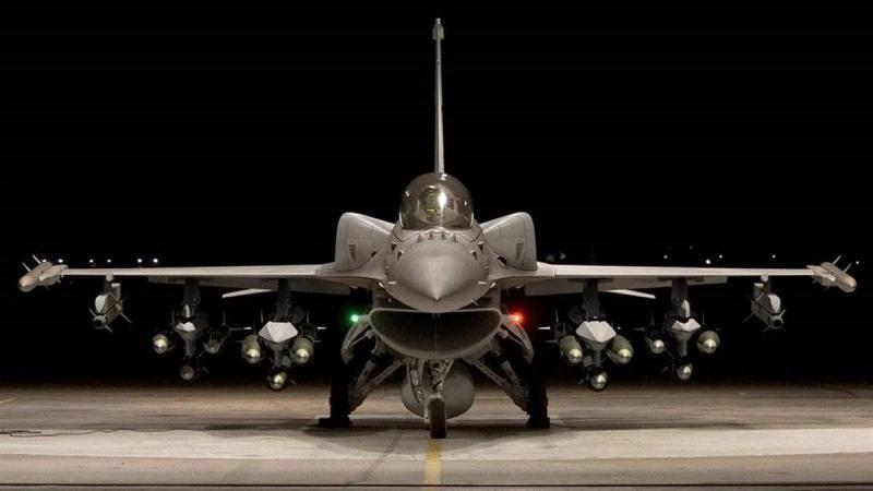 美F16战机坠毁加州大楼酿火警 飞行员弹射逃生