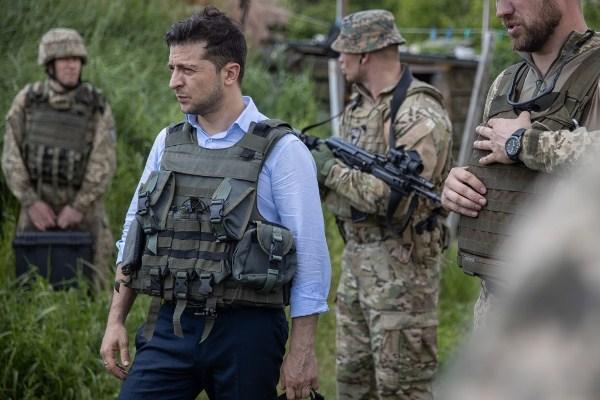 泽连斯基首访乌克兰东部地区 距前线仅400米
