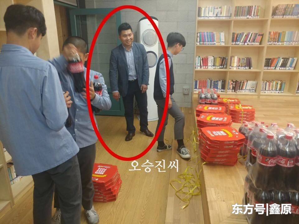 韩2初中男生捡到钱包送还失主,对方请全校604人吃大餐道谢!