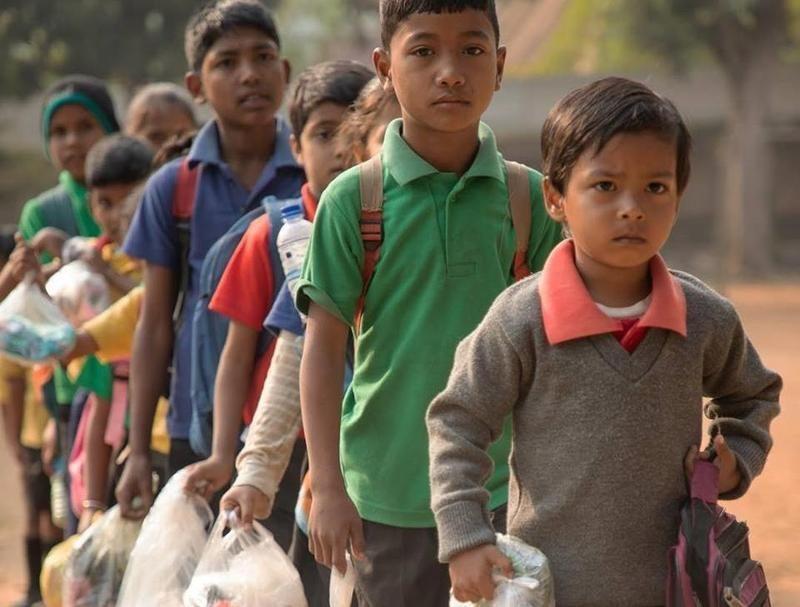 塑胶垃圾当学费 印度童工学业进步收入增