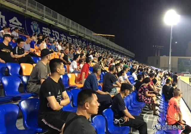 """1-2!中国足球时隔34天再输韩国,球迷场边撕心裂肺喊""""进一个"""""""