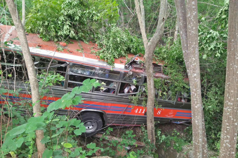 Bus on school trip crashes, 30 injured