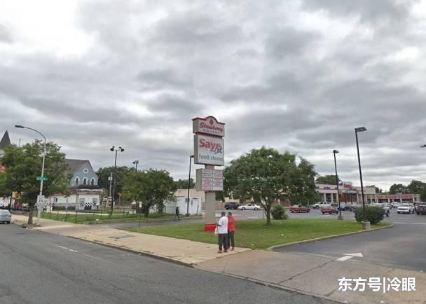 女子在披萨店停下时遭劫车,男友徒步追疑犯起冲突致其死亡