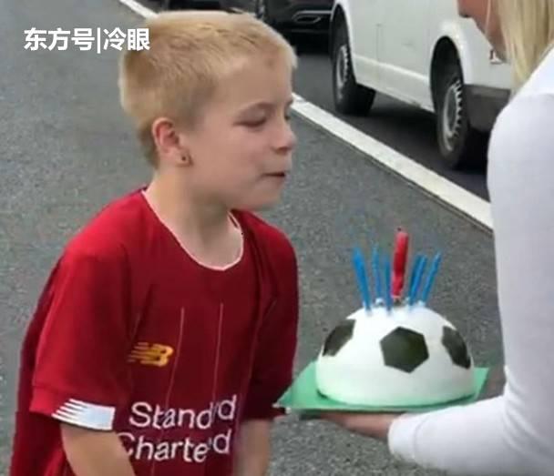 男童去庆祝生日时却遇上大塞车,暖心妈聚众在公路上切蛋糕