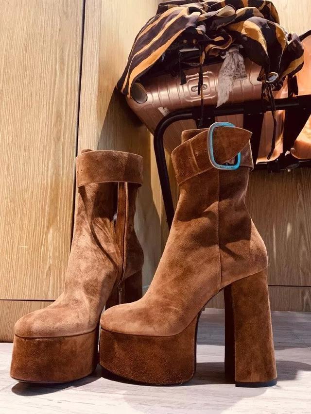 BY2穿15厘米高跟鞋唱跳,宋茜脚掌变形,女星爱美背后都是伤痛