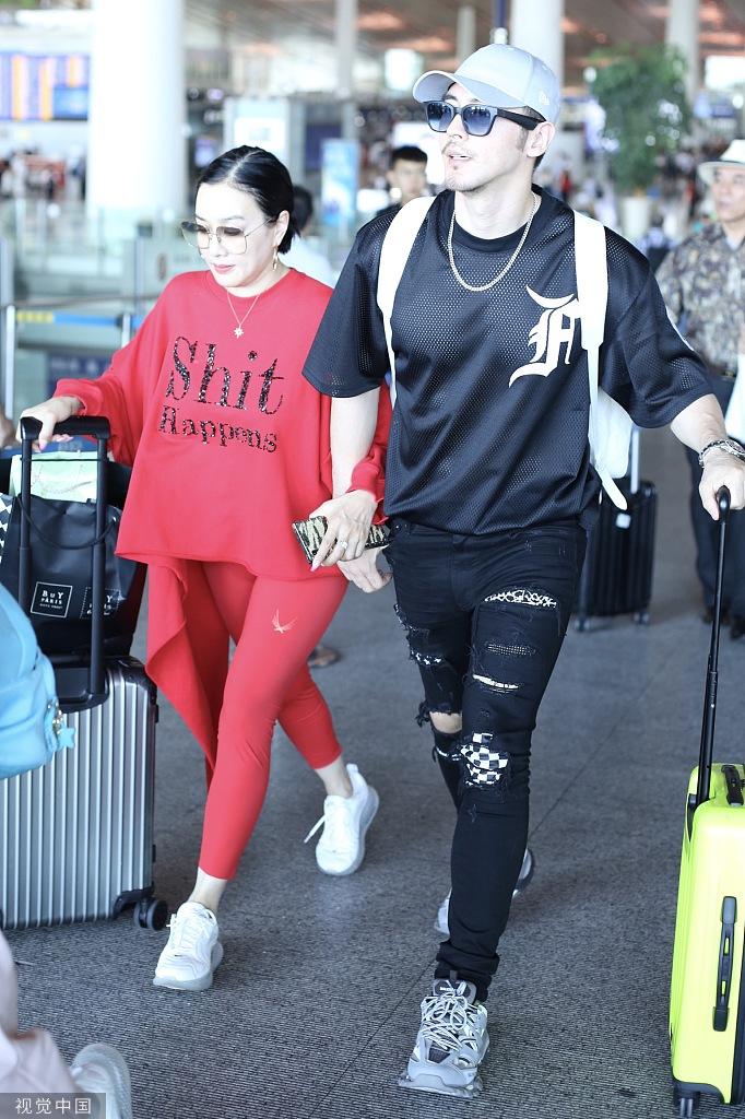 钟丽缇张伦硕一家六口现身机场 女儿都是大长腿