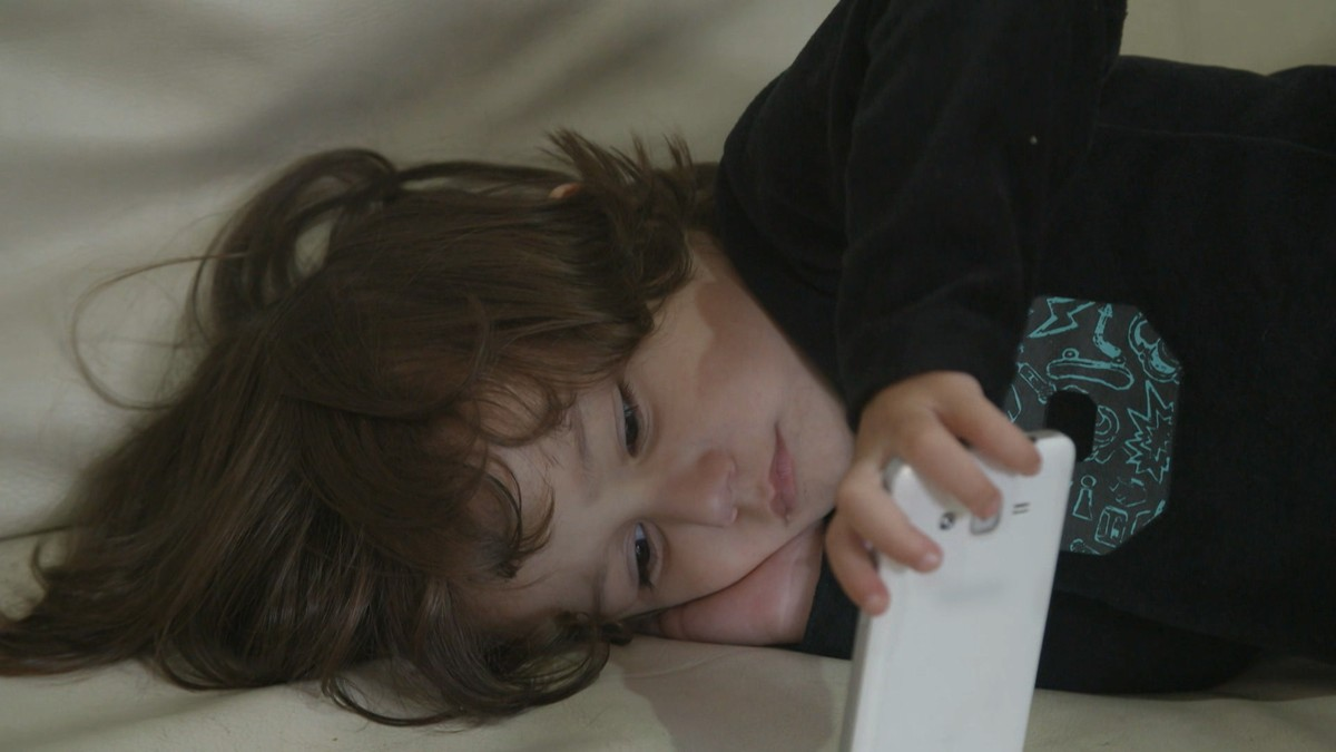 孩子永远机不离手?家长趁女儿熟睡放大招真奏效!