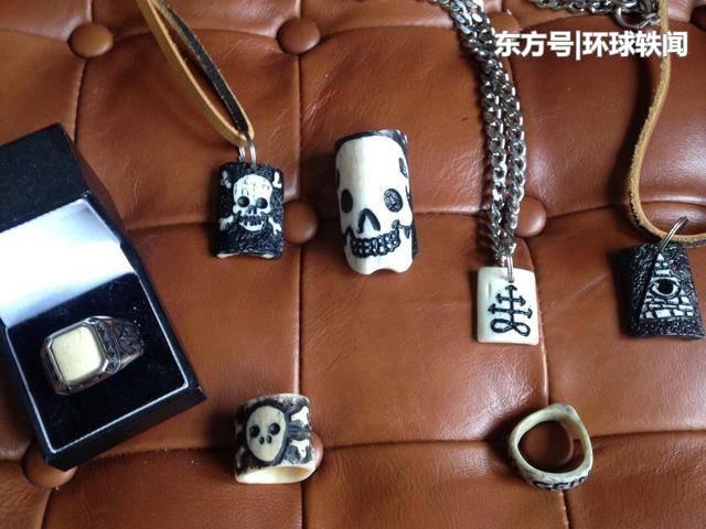 英男子用人体骨骼做戒指、项链等珠宝, 销往全世界靠此挣了大笔
