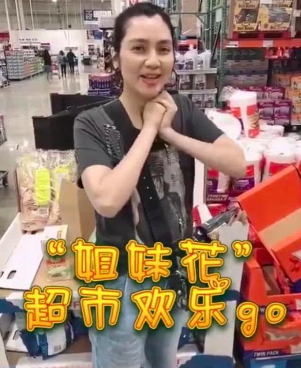 47岁洪欣素颜带2女儿狂买薯片,皮肤水嫩一头黑发发量惊人
