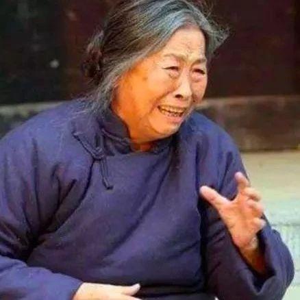 82岁国民母亲身价千万却住40平米小屋,拼命拍戏为儿子还房贷!