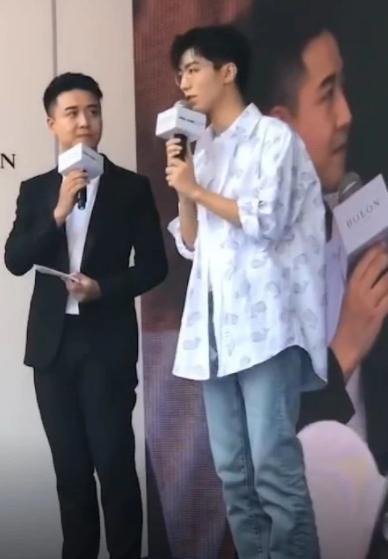 粉丝提醒王俊凯千万保护好眼睛,看到王俊凯戴眼镜的样子:我懂了