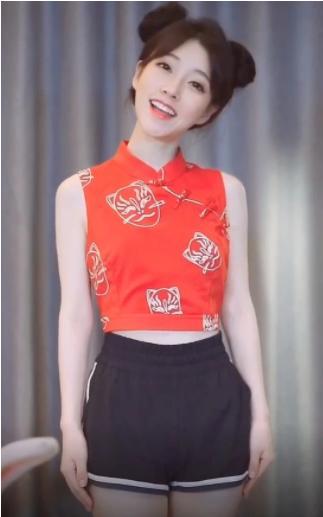 冯提莫哪咤头搭配红肚兜秀身材,有谁注意到她的拳头:比我的都大