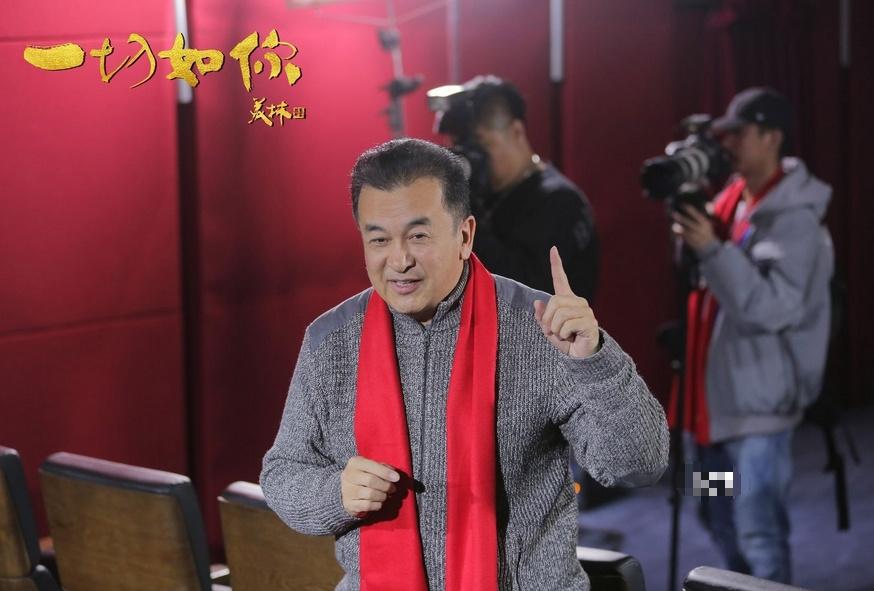 59岁黄宏罕露面!与刘芳菲搭档主持晚会,两鬓斑白皱纹丛生显沧桑