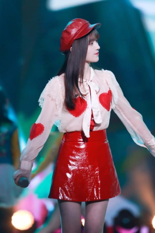 """鞠婧祎第一次穿""""例假裙""""就火,台上尽显魅力,但真怕液体滴下来"""