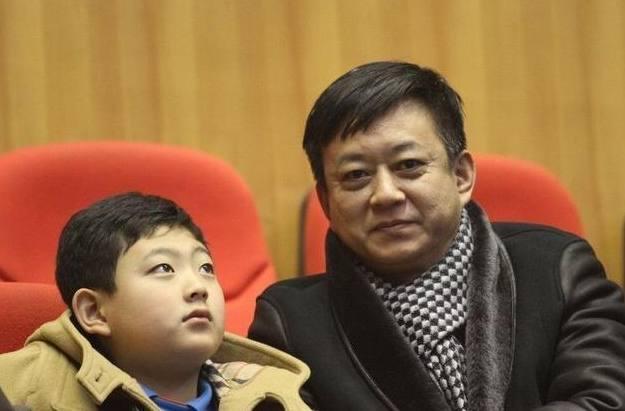 朱军带妻儿一起回老家,妻子优雅超热情,17岁儿子模样酷似爸爸