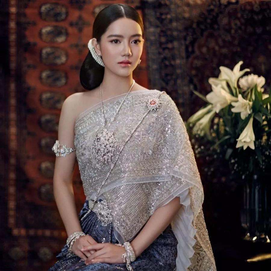 泰国美女,果然还是穿泰装比较养眼啊!