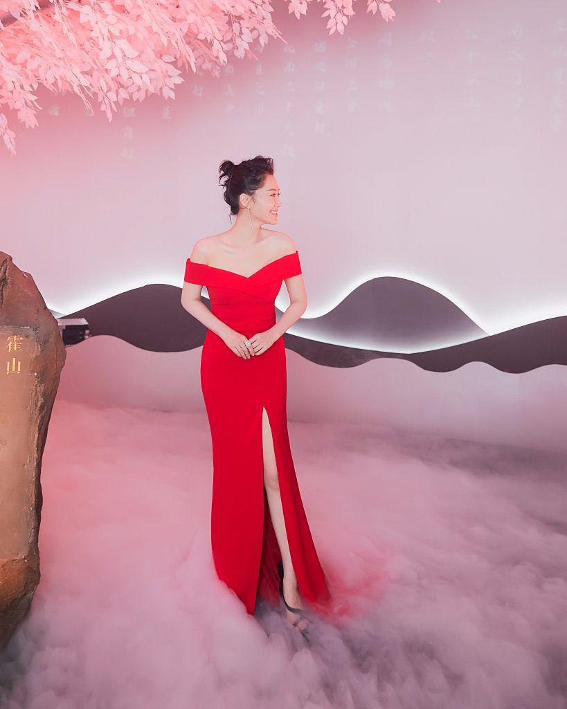 原创 许晴穿一身红裙,复古有女人味,一点不像50岁的老年人!