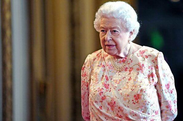原创 英国王室女性都穿上碎花,女王连衣裙吸晴,凯特田园风减龄
