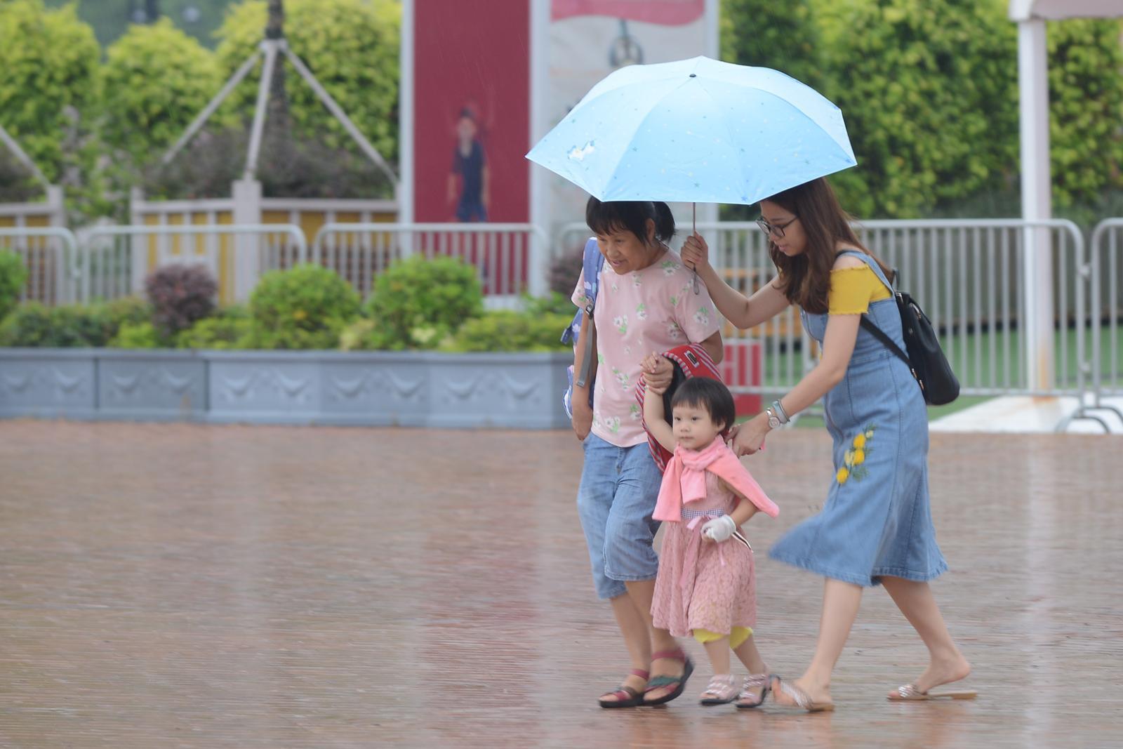 有骤雨及几阵狂风雷暴 最高温约29度