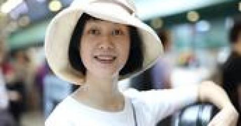 40岁倪虹洁素颜机场被拍,网友感慨:祝无双也终于老了