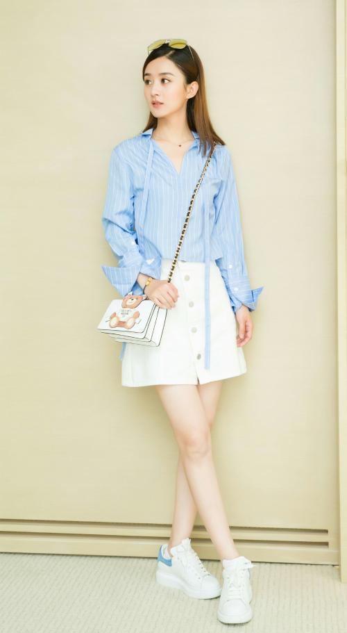 赵丽颖产后3个月现身,穿蓝色衬衫半身裙,身形纤瘦害羞似少女