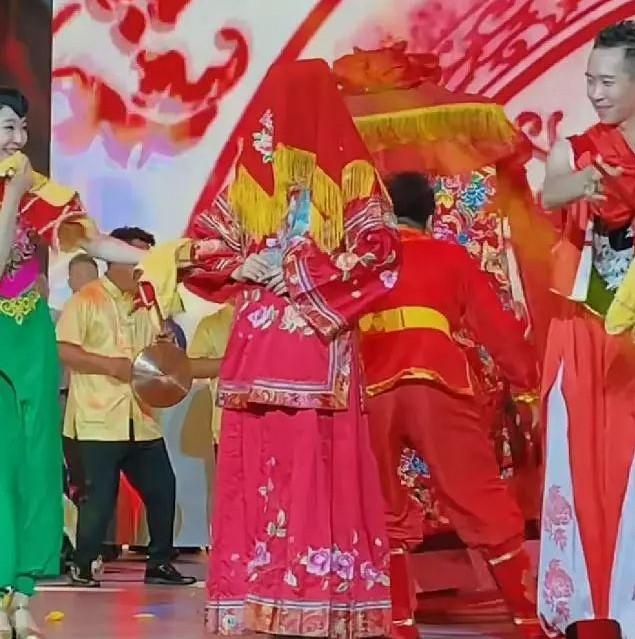 赵本山女儿开公司被调侃像超市,全家总动员助力,台上她竟披嫁衣?